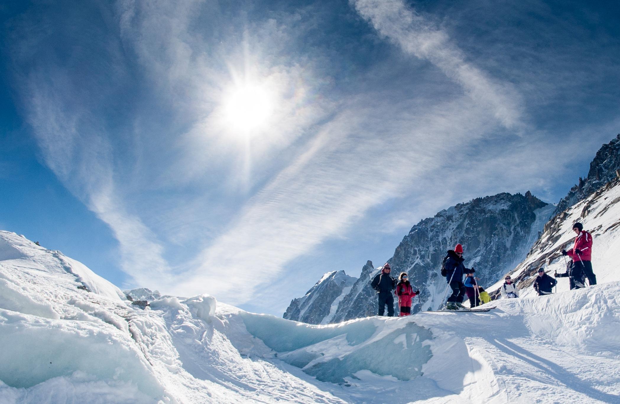 gornolyzhniki v snegu