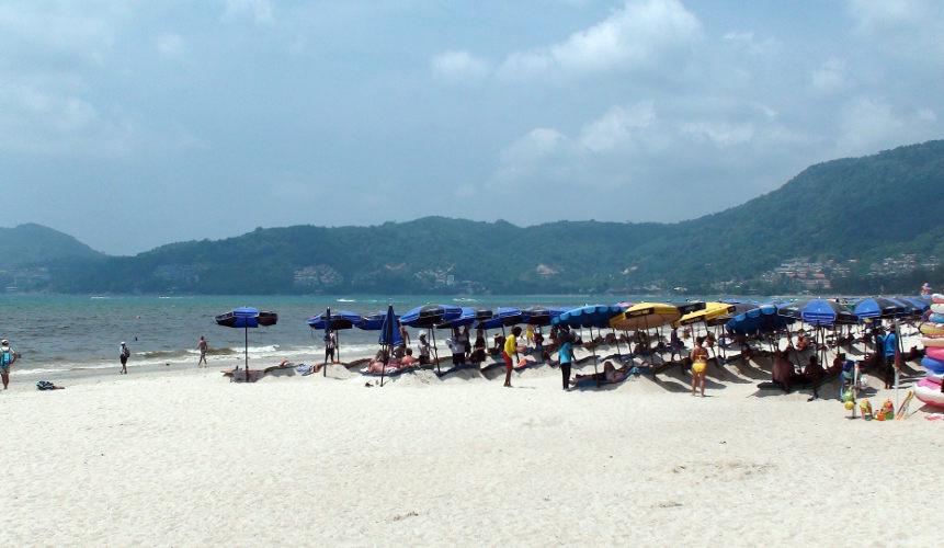 Пляж Патонг после запрета лежаков